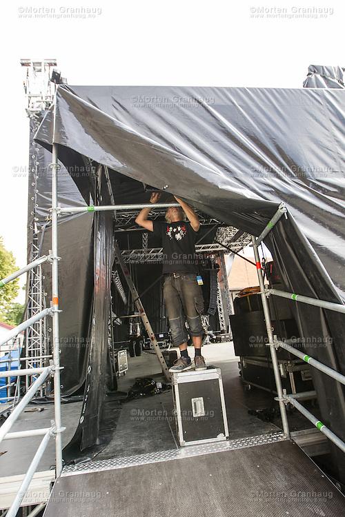 Forberedelse til festival: rigging av scene i Erkebispegården.