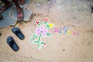 """Länge leve Dr Ambedkar """"Jai Bhim"""" är skrivet på marken i en by i Bhandara, Maharashtra, Indien"""