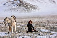 Mongolie, région de Bayan-Ulgii, transhumance d'hiver, nomade kazakh en prière // Mongolia, Bayan-Ulgii province, winter transhumance, praying man