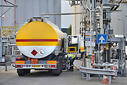 Nederland, Arnhem, 26-7-2017In de terminal van Shell komen tankwagens van verschillende oliemaatschappijen hun brandstof laden. In het vulstation, laadperron, zijn aansluitingen voor Shell, Esso, BP en Total, alsmede zgnd handelsmerken.FOTO: FLIP FRANSSEN