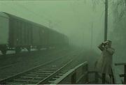 Pappa plåtar mig vid järnvägen i Falun.