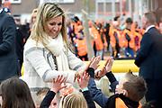 Koning Willem-Alexander en koningin Maxima bij basisschool De Vijfmaster tijdens de jaarlijkse Koningsspelen. //// King Willem-Alexander and Queen Maxima at elementary school De Fivemaster during the annual Royal Games.<br /> <br /> Op de foto / On the photo:  koningin Maxima bij de sportactiviteiten // King Willem-Queen Maxima in sports activities
