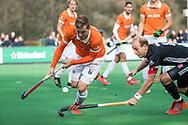 BLOEMENDAAL - Floris Wortelboer (Bldaal) passeert Billy Bakker (A'dam) . Hockey hoofdklasse heren, Bloemendaal-Amsterdam (2-0) . COPYRIGHT KOEN SUYK