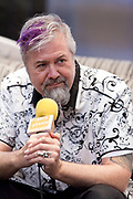 Portrait de Serge Beyer, rédacteur-en-chef du magazine Longueur d'Ondes, en direct lors de l'émission radiophonique Francophonie Express  à  Le Mount Stephen / Montreal / Canada / 2018-06-11, Photo © Marc Gibert / adecom.ca