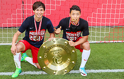 28.05.2017, Red Bull Arena, Salzburg, AUT, 1. FBL, FC Red Bull Salzburg vs Cashpoint SCR Altach, 36. Runde, im Bild Takumi Minamino (FC Red Bull Salzburg), Hee Chan Hwang (FC Red Bull Salzburg) mit dem Meisterteller // during Austrian Football Bundesliga 36th round Match between FC Red Bull Salzburg and Cashpoint SCR Altach at the Red Bull Arena, Salzburg, Austria on 2017/05/28. EXPA Pictures © 2017, PhotoCredit: EXPA/ JFK