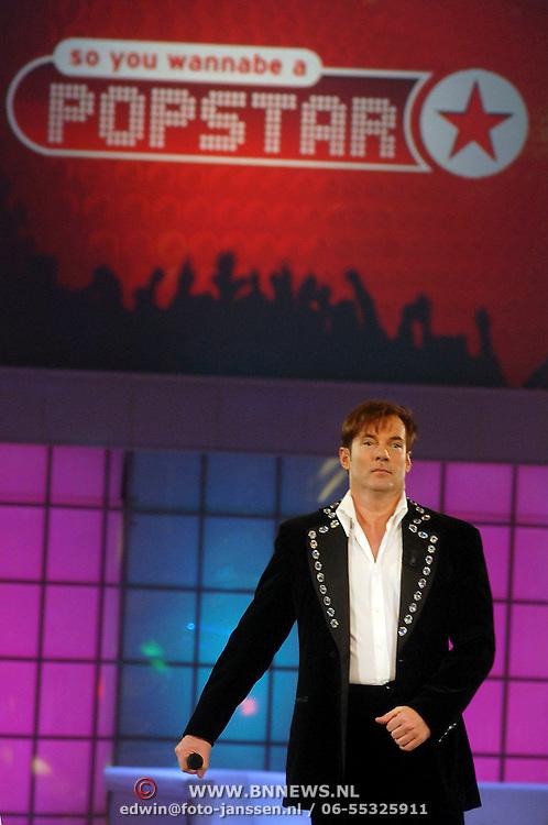NLD/Hilversum/20070309 - 9e Live uitzending SBS Sterrendansen op het IJs 2007, optreden Gerard Joling