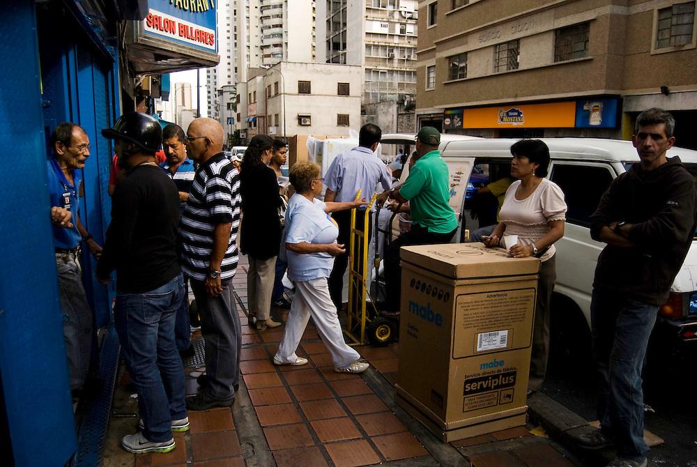 Cientos de Caraqueños asistieron a tiendas de electrodomesticos para comprar a dolar viejo debido al aumento del dolar preferencial. Caracas, Venezuela 12-01-2010<br /> Photography by Aaron Sosa
