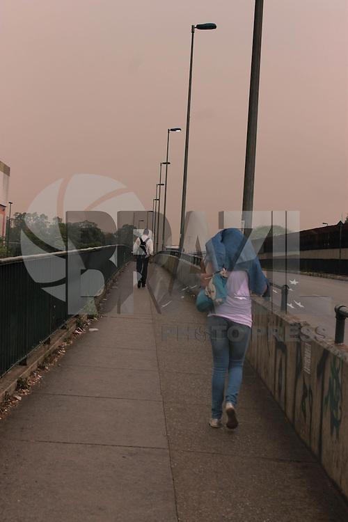 SÃO PAULO, SP, 04.11.2013 - CLIMA TEMPO SP - Começa a chover no fim desta manhã de segunda-feira (04) altura do metrô Portuguesa Tietê, zona norte da cidade (Foto: Jorge Andrade / Brazil Photo Press).