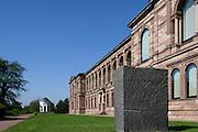 Außenskulptur Granitblock des Künstlers Ulrich Rückriem, Neue Galerie, Kassel, Hessen, Deutschland