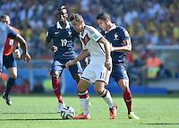 FUSSBALL WM 2014                VIERTELFINALE Frankreich - Deutschland           04.07.2014 Miroslav Klose (li, Deutschland) gegen Raphael Varane (re, Frankreich)
