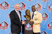07 August 2010: Former Dallas Cowboys running back Emmitt Smith stands with Cowboys owner Jerry Jones with Smith's hall of fame bust at his enshrinement ceremony at the Pro Football Hall of Fame in Canton, Ohio.