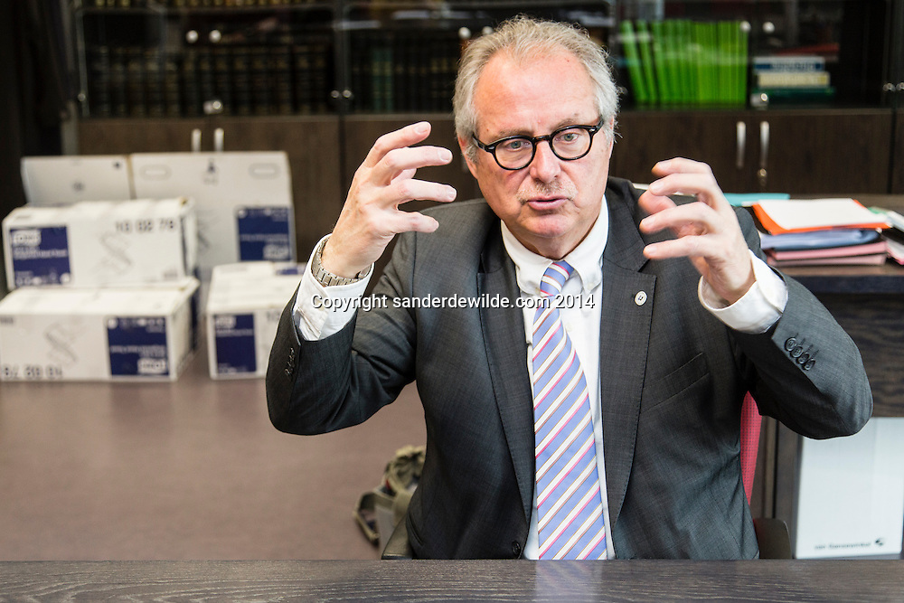 Procureur des Konings Bruno Bulthé tijdens een interview op zijn laatste werkdag bij het Openbaar Ministerie. in zijn werkkamer met verhuisdozen en dossiers