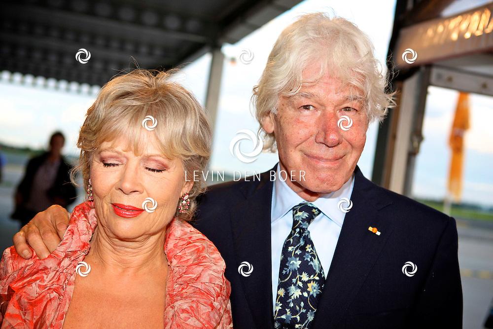 KATWIJK - Op vliegbasis Valkenburg hield Soldaat van Oranje een tweede premiere ter gelegenheid van een nieuwe Cast.  Met op de foto Paul van Vliet en partner Lidewij de Jongh. FOTO LEVIN DEN BOER - PERSFOTO.NU