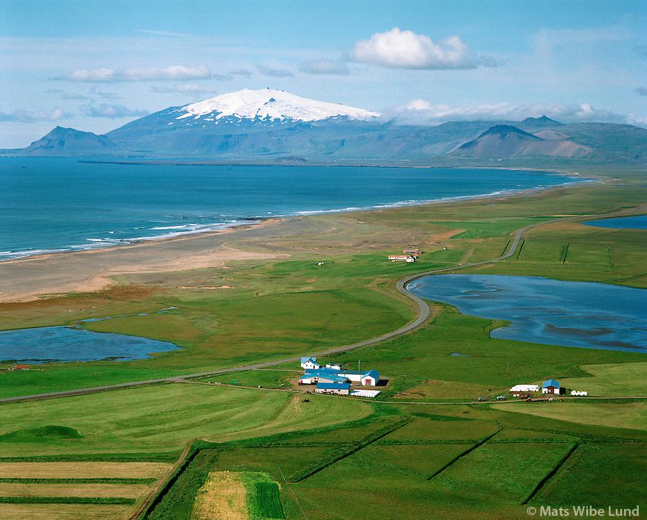 Hoftún, Staðarsveit, séð til vesturs. Snæfellsjökull í baksýni.  /  Hoftun in Stadarsveit. Viewing west towards Snaefellsjökull glacier. This teritorry new name: Snæfellsbær /  Snaefellsbaer