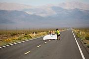 Genna Kowalik is gevallen met de Micro Moby. Op maandagochtend worden de kwalificaties gehouden. In Battle Mountain (Nevada) wordt ieder jaar de World Human Powered Speed Challenge gehouden. Tijdens deze wedstrijd wordt geprobeerd zo hard mogelijk te fietsen op pure menskracht. Ze halen snelheden tot 133 km/h. De deelnemers bestaan zowel uit teams van universiteiten als uit hobbyisten. Met de gestroomlijnde fietsen willen ze laten zien wat mogelijk is met menskracht. De speciale ligfietsen kunnen gezien worden als de Formule 1 van het fietsen. De kennis die wordt opgedaan wordt ook gebruikt om duurzaam vervoer verder te ontwikkelen.<br /> <br /> In Battle Mountain (Nevada) each year the World Human Powered Speed Challenge is held. During this race they try to ride on pure manpower as hard as possible. Speeds up to 133 km/h are reached. The participants consist of both teams from universities and from hobbyists. With the sleek bikes they want to show what is possible with human power. The special recumbent bicycles can be seen as the Formula 1 of the bicycle. The knowledge gained is also used to develop sustainable transport.