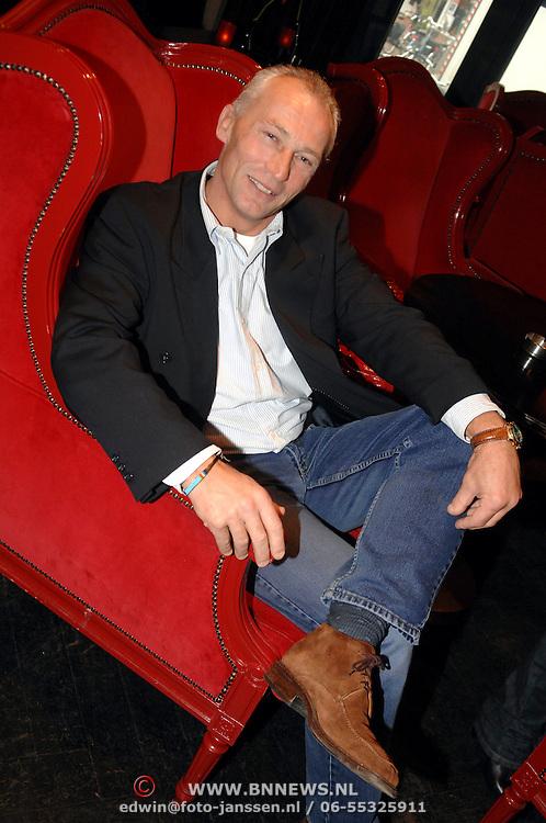 """NLD/Hilversum/20061213 - Persconferentie Avro's """"  Wie is de Mol """" 2006, deelnemer, scheidsrechter Dick Jol"""