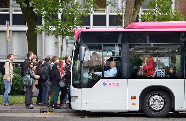 Nederland; Nijmegen; 24-9-2012; Een rij passagiers, reizigers, mensen, studenten stappen op een bus van Breng, onderdeel van Connexxion. Openbaar vervoer, busvervoer in de regio Arnhem Nijmegen.; Foto: Flip Franssen/Hollandse Hoogte