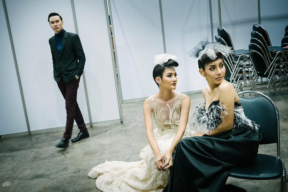 Bangkok January 26, 2018 -    3 Transgenders are waiting for the show during the Thailandís first LGBT-themed expoBangkok 26 janvier 2018 - 3 Transgenres attendent le spectacle lors de la première exposition sur le thème LGBT en Thaïlande.
