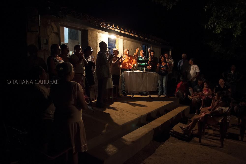 Projeto A Gente Transforma - Chapada do Araripe - Piauí...Reza do Terço com Sr. João da Cruz (rezador).Povoado Esquisito, Município de Jaicós, Estado do Piauí. Fevereiro, 2012...Foto: Tatiana Cardeal.
