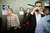 """Nederland.  Utrecht, 5 november 2011 <br /> Kandidaat partijvoorzitter Hans Spekman luistert achter in de Spiegelzaal van Tivoli. Bij een affiche van de Linkse Vernieuwing met beeltenis van Joop den Uyl. Linkse Vernieuwing. Leden van zes PvdA-afdelingen starten een traject om de Nederlandse progressieve beweging van nieuwe ideeën en energie te voorzien. """"De komende jaren worden ingrijpende besluiten genomen over bezuinigingen, onze economie, de Europese Unie en de integratie, en juist daarom is er grote maatschappelijke behoefte aan een modern en sterk progressief alternatief"""" staat in een gemeenschappelijke verklaring van voorzitters en leden van de afdelingen Groningen, Eindhoven, Nijmegen, Maastricht, Enschede en Utrecht. Iedereen die links georiënteerd is, is welkom om op grote bijeenkomsten op zaterdag 5 november te praten over hoe zo'n moderne, progressieve beweging eruit ziet. De leden en afdelingen willen met zoveel mogelijk mensen in gesprek en de opbrengsten van alle discussies gebruiken om linkse politiek inhoudelijk en organisatorisch te vernieuwen. Partij van de Arbeid, PvdA, sociaaldemocratie, sociaal-democratie, politiek, politieke partij, democratie<br /> Foto : Martijn Beekman"""