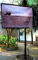 """NARDO' 25 Agosto - 2 Settembre 2007..""""STARAMASCE'"""" è il titolo della mostra del Fotoreporter KASH Gabriele Torsello dedicata all?Afghanistan che sarà esposta al pubblico da sabato 25 agosto al 30 agosto, dalle ore 9,00 alle ore 12,00 e dalle ore 18,00 alle ore 21,00 nella villa Comunale di Nardo..Il programma prevede alle ore 19,00 di Sabato l'inaugurazione della mostra a cui seguirà un incontro con tre testimonials d'eccezione che hanno vissuto e vivono tuttora questi luoghi dell'occidente continuamente dilaniati da conflitti, miserie e negazioni: il fotoreporter Gabriele Torsello, il giornalista Enrico Piovesana di Peace Reporter e Antonio Virgilio di Medici senza Frontiere..L'iniziativa è stata promossa dall'Assessorato alla Cultura in collaborazione con la Provincia di Lecce..?La mostra - ha dichiarato l'assessore alla Cultura Carlo Falangone - sarà un'occasione importante per riflettere, attraverso inedite e originali immagini di bambini, donne, ed anziani sui tanti drammi, dolori e anche speranze di un popolo, quello appunto dell'Afghanistan, da lunghi decenni martoriato e privato di diritti civili, politici e religiosi, che rendono un popolo libero di vivere in una vera democrazia e con dignità?..?Ogni foto ? ha proseguito - denuncia e lancia un grido di sofferenza, ma anche di speranza, di questa triste realtà a noi lontana e che spesso ci lascia indifferenti. Realtà che invece, ci deve scuotere, rompere quegli steccati ideologici, culturali e religiosi per cercare insieme di costruire percorsi di integrazione vera, di comprensione, di netto rifiuto della guerra e promuovere azioni di pace tra i popoli diversi?..Kash Gabriele Torsello ha iniziato i suoi rapporti con l?Afghanistan nel 2001 dove è stasto impegnato in tre diversi progetti, uno in collaborazione con le Nazioni Unite per la prevenzione della morte durante il parto, uno per la promozione dello sport fra i disabili, in gran parte ragazzi colpiti dalle mine, ed uno per la cura dei bambini. In partic"""