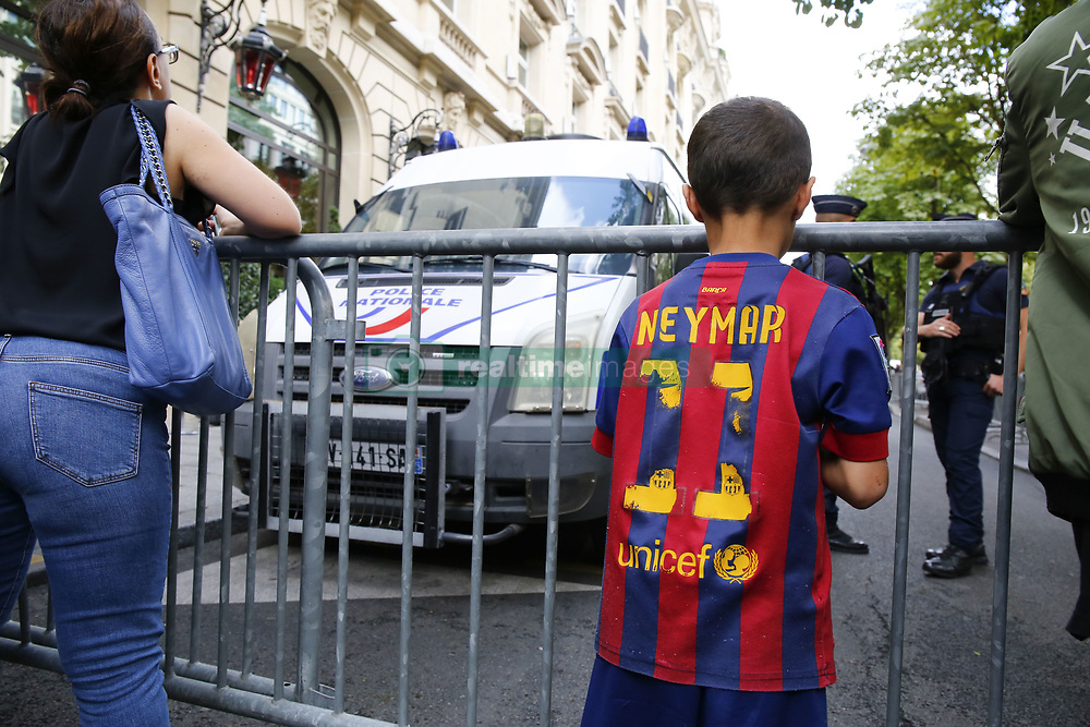 August 4, 2017 - Paris, France - Supporters devant le Royal Monceau (Credit Image: © Panoramic via ZUMA Press)