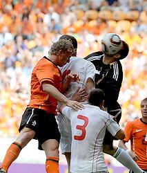 05-06-2010 VOETBAL: NEDERLAND - HONGARIJE: AMSTERDAM<br /> Nederland wint met 6-1 van Hongarije / Dirk Kuyt en Marton Fulop<br /> ©2010-WWW.FOTOHOOGENDOORN.NL