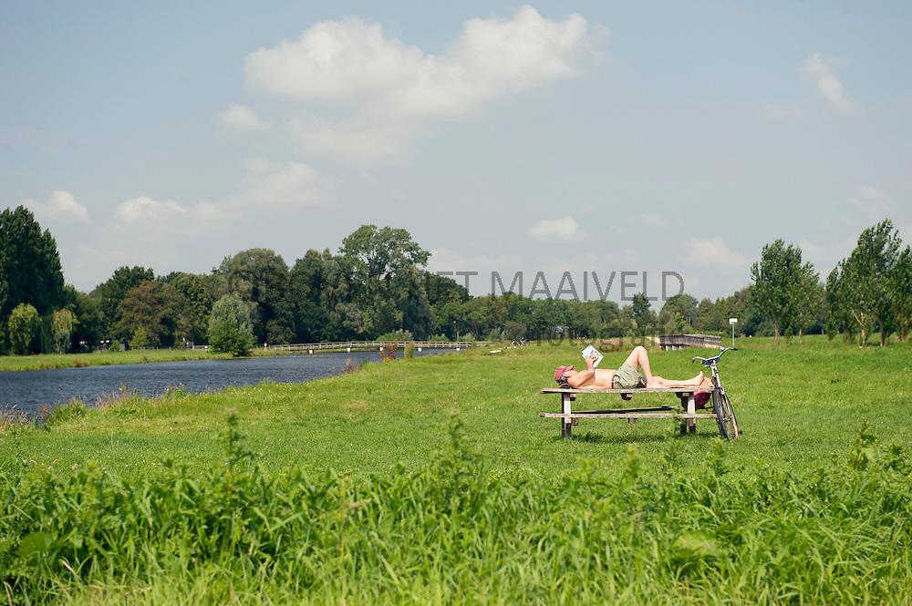 Uitrusten picknicktafel Ruigenhoekse polder