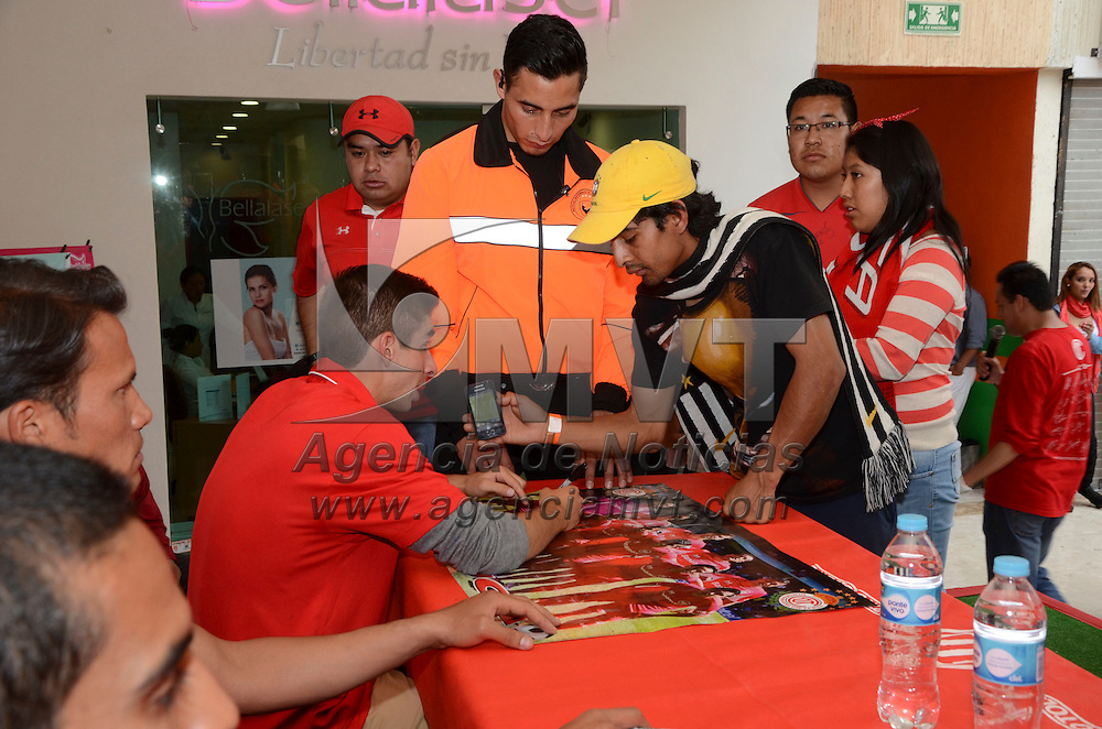 Toluca, Méx.- Isaac Brizuela, Oscar Rojas y Aaron Galindo, jugadores de los Diablos  Rojos del Toluca  firmaron autógrafos en Plaza Toluca, en donde se dieron cita los aficionados al equipo escarlata. Agencia MVT / José Hernández