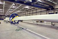 20 AUG 2002, LAUCHHAMMER/GERMANY:<br /> Rotorblatt-Fertigungsstaette der Firma Vestas, Hersteller von Windkraftanlagen<br /> IMAGE: 20020820-01-024<br /> KEYWORDS: Windkraft, Energie, <br /> Fluegel, Flügel