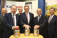 Mannheim. 10.09.15 Mannheim, Ludwigshafen und BASF SE informieren bei Gro&szlig;schadenslagen k&uuml;nftig &uuml;ber gemeinsames Warnsystem KATWARN<br /> <br /> Gemeinsames Warnsystem f&uuml;r weltgr&ouml;&szlig;ten Chemiestandort und angrenzende St&auml;dte<br />  <br /> Mannheim, Ludwigshafen und BASF SE informieren bei Gro&szlig;schadenslagen k&uuml;nftig &uuml;ber KATWARN &ndash; Das Warnsystem benachrichtigt B&uuml;rgerinnen und B&uuml;rger kostenlos per App<br />  <br /> Die St&auml;dte Mannheim und Ludwigshafen sowie der weltgr&ouml;&szlig;te Chemiekonzern BASF SE verwenden k&uuml;nftig das System KATWARN als zus&auml;tzlichen &Uuml;bertragungskanal, um die Menschen bei Gro&szlig;gefahrenlagen zu unterrichten. Mannheims Erster B&uuml;rgermeister und Feuerwehrdezernent Christian Specht, Ludwigshafens Beigeordneter und K&auml;mmerer Dieter Feid sowie Rolf Haselhorst, Leiter der BASF-Werkfeuerwehr, stellten am Donnerstag, 10. September 2015, vor, wie die Zusammenarbeit der drei Partner bei der Verwendung des Warnsystems erfolgt und welche Informationsm&ouml;glichkeiten es in Krisenf&auml;llen mit KATWARN gibt.<br /> - v.l. Christian Specht, Karlheinz Gramm, Ralf Haselhorst, Dieter Feid und Prof. Edgar Bohn<br /> Bild: Markus Pro&szlig;witz 10SEP15 / masterpress (Bild ist honorarpflichtig)