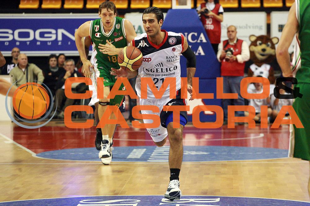 DESCRIZIONE : Biella Lega A 2009-10 Angelico Biella Montepaschi Siena<br /> GIOCATORE : Pietro Aradori<br /> SQUADRA : Angelico Biella<br /> EVENTO : Campionato Lega A 2009-2010 <br /> GARA : Angelico Biella Montepaschi Siena<br /> DATA : 15/11/2009 <br /> CATEGORIA : Palleggio<br /> SPORT : Pallacanestro <br /> AUTORE : Agenzia Ciamillo-Castoria/S.Ceretti<br /> Galleria : Lega Basket A 2009-2010 <br /> Fotonotizia : Biella Campionato Italiano Lega A 2009-2010 Angelico Biella Montepaschi Siena<br /> Predefinita :