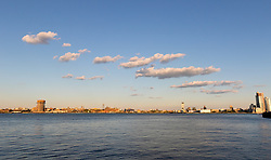 THEMENBILD - Der East River in New York City ist eine langgezogene Meerenge, die den Long Island Sound mit der Muendung des Hudson River verbindet. Trotz des Namens ist der East River kein Fluss, im Bild der East River von Manhattan aus. Aufgenommen am 07. August 2016 in Manhatten// The East River in New York City is a tidal estuary which connects the Long Island Sound with the Hudson River. The East River is actually not a river despite its name, This picture was taken in Manhattan and shows the East River, New York City, United States on 2016/08/07. EXPA Pictures © 2016, PhotoCredit: EXPA/ Sebastian Pucher