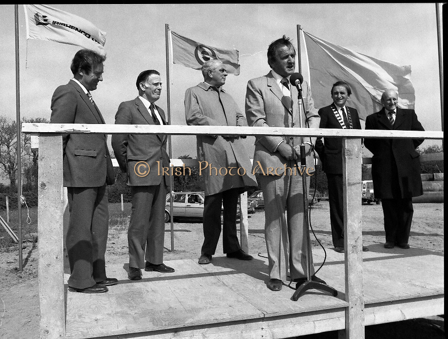Cork / Dublin Gas Pipeline.28.04.1982.04.28.1982.28th April 1982.1982...At Brownbarn,Kingswood,Dublin the Minister for Industry and Energy, Mr Albert Reynolds T.D. performed the ceremonial first weld to officially start the project..Minister Reynolds Addresses the assembled audience from the podium. The pipe line was an Irish /Dutch project with Irishenco and NACAP as contractors