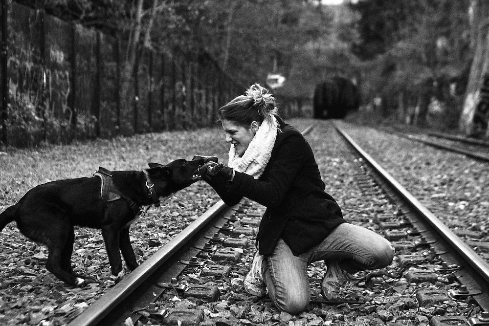 Marie et son chien sur les rails dans la tranchée du Parc des Buttes-Chaumont.