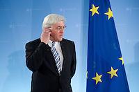 16 FEB 2009, BERLIN/GERMANY:<br /> Frank-Walter Steinmeier, SPD, Bundesaussenminister, mit einer Europa-Flagge, waehrend einer Pressekonferenz, Auswaertiges Amt<br /> IMAGE: 20090216-01-013<br /> KEYWORDS: Fahne, EU