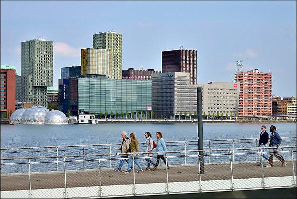 Nederland, The Netherlands, Rotterdam, 2-5-2015Voetgangers op de Rijnhavenbrug tussen de wijkdelen Rotterdam Kop van Zuid en Katendrecht. De brug wordt in de volksmond hoerenloper genoemd. Op de achtergrond de gebouwen van hogeschool Inholland en de SVB.FOTO: FLIP FRANSSEN/ HOLLANDSE HOOGTE