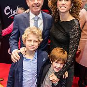 NLD/Amsterdam/20161120 - premiere Ciske de Rat de Musical, Frits Barend met dochter Barbara en kleinkinderen