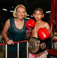 Muay Thai Boxing Fairtex Stadium in Pattaya,.Thailand, Spielerin Elena Baltacha (GBR) mit dem kleinen Champion nach dem Wettkampf,privat,
