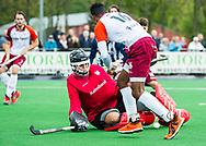 ALMERE - Hockey - Hoofdklasse competitie heren.ALMERE-HDM (4-2).  Terrance Pieters (Almere)  met keeper Jan van Montfoort (HDM) . HDM degradeert.  COPYRIGHT KOEN SUYK
