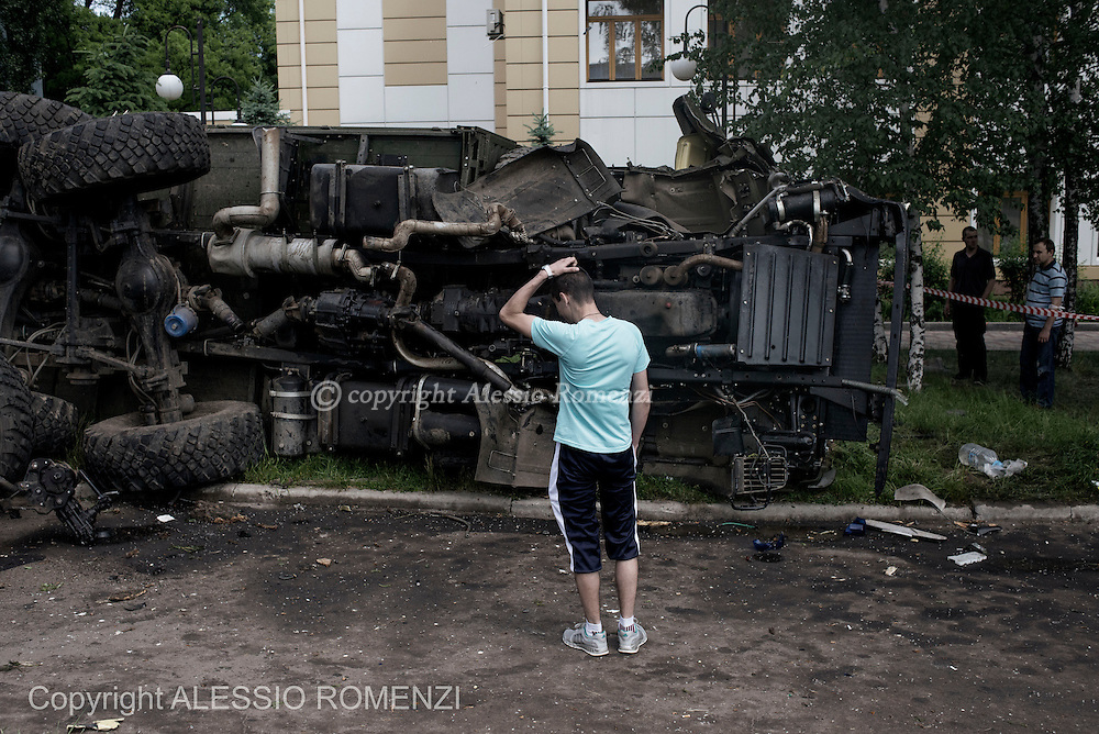 Ukraine, Donetsk: A lorry toppled during the clashes between Ukrainian soldiers and pro-Russians separatists in Donetsk, Ukraine on 27 May 2014. ALESSIO ROMENZI