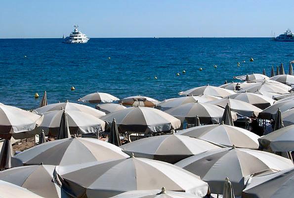 Frankrijk, Cannes, 30-8-2006..Parasols en mensen aan het strand langs de Croisette...Foto: Flip Franssen/Hollandse Hoogte