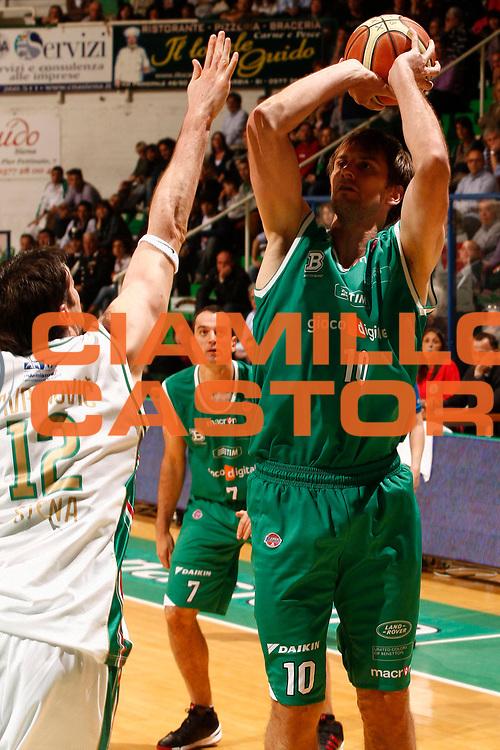 DESCRIZIONE : Siena Lega A 2009-10 Montepaschi Siena Benetton Treviso<br /> GIOCATORE : Sandro Nicevic<br /> SQUADRA : Benetton Treviso<br /> EVENTO : Campionato Lega A 2009-2010 <br /> GARA : Montepaschi Siena Benetton Treviso<br /> DATA : 25/04/2010<br /> CATEGORIA : tiro<br /> SPORT : Pallacanestro <br /> AUTORE : Agenzia Ciamillo-Castoria/P.Lazzeroni<br /> Galleria : Lega Basket A 2009-2010 <br /> Fotonotizia : Siena Campionato Italiano Lega A 2009-2010 Montepaschi Siena Benetton Treviso<br /> Predefinita :