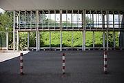 Die ehemaligen Grenzstation in Dolni Dvoriste - von 1955 bis 1989 lag der Ort am Eisernen Vorhang. Aufgeklebte Vogel Silhouette an den Fensterscheiben der Grenzstation.