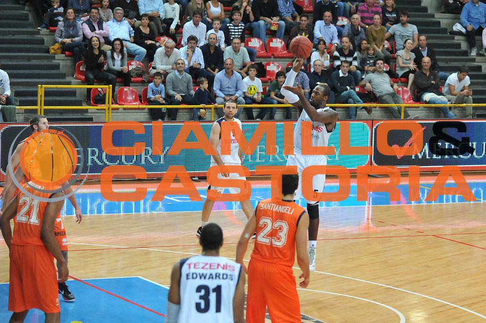 DESCRIZIONE : Verona Lega Basket A2 2011-12 Amichevole Tezenis Verona Fileni BPA Jesi <br /> GIOCATORE : Mario West<br /> CATEGORIA : Tiro<br /> SQUADRA : Tezenis Verona Fileni BPA Jesi<br /> EVENTO : Campionato Lega A2 2011-2012<br /> GARA : Tezenis Verona Fileni BPA Jesi<br /> DATA : 09/10/2011<br /> SPORT : Pallacanestro <br /> AUTORE : Agenzia Ciamillo-Castoria/M.Gregolin<br /> Galleria : Lega Basket A2 2011-2012 <br /> Fotonotizia : Venezia Lega Basket A2 2011-12 Amichevole Tezenis Verona Fileni BPA Jesi<br /> Predefinita :