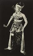 Javaan in dansgewaad, vermoedelijk op Midden-Java