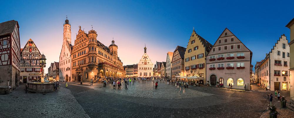 Rothenburg ob der Tauber ist bekannt für seine gut erhaltene Altstadt aus dem Mittelalter mit vielen verschachtelten Gässchen, Türmen und Fachwerkhäusern.