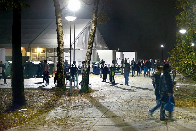 Nederland, the Netherlands, Nijmegen, 31-10-2015 Kamp, tentenkamp Heumensoord, de tijdelijke noodopvang, azc, van het COA. Plaats voor 3000 asielzoekers. In de avond zijn nog veel mensen buiten.FOTO: FLIP FRANSSEN