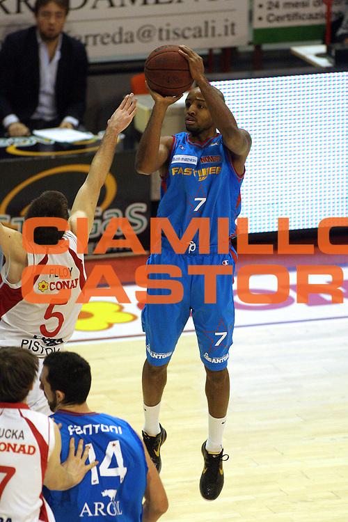 DESCRIZIONE : Pistoia Lega A2 2010-11 Tuscany Pistoia Fastweb Casale Monferrato<br /> GIOCATORE : Hickman JR Richard Marciano<br /> SQUADRA : Fastweb Casale Monferrato<br /> EVENTO : Campionato Lega A2 2010-2011<br /> GARA : Tuscany Pistoia Fastweb Casale Monferrato<br /> DATA : 23/01/2011<br /> CATEGORIA : Tiro<br /> SPORT : Pallacanestro<br /> AUTORE : Agenzia Ciamillo-Castoria/Stefano D'Errico<br /> Galleria : Lega Basket A2 2010-2011 <br /> Fotonotizia : Pistoia Lega A2 2010-2011 Tuscany Pistoia Fastweb Casale Monferrato<br /> Predefinita :