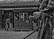 Camopi, Guyane, 2015.<br /> <br /> Gendarmerie Nationale. En 1946, la Guyane devient un d&eacute;partement et son dernier gouverneur devenu Pr&eacute;fet d&eacute;cide d'implanter un poste administratif &agrave; Camopi sur l&rsquo;Oyapock dans l'Est guyanais et un autre &agrave; Maripasoula, sur le Maroni dans l'Ouest. La premi&egrave;re &eacute;cole de Camopi a &eacute;t&eacute; ouverte en 1955 mais sa fr&eacute;quentation ne se g&eacute;n&eacute;ralise qu&rsquo;apr&egrave;s la cr&eacute;ation de la commune en 1969. L&rsquo;argent arrive ici au d&eacute;but des ann&eacute;es 70 peu apr&egrave;s la citoyennet&eacute; fran&ccedil;aise. &Agrave; l&rsquo;&eacute;poque chaque famille cultive encore un abattis, la chasse et la p&ecirc;che restent un apprentissage quotidien pour les jeunes enfants. Dans un premier temps, l&rsquo;&eacute;cole r&eacute;publicaine qui n&rsquo;a pas pour fonction de perp&eacute;tuer la diversit&eacute; culturelle et l&rsquo;&eacute;loignement impos&eacute; par l&rsquo;internat des enfants dans un institut catholique de Saint-Georges mettent un frein &agrave; la transmission de ces savoirs.<br /> Par la suite, l&rsquo;arriv&eacute;e des allocations familiales consacre la fin d&rsquo;une certaine organisation sociale o&ugrave; la polygamie est largement pratiqu&eacute;e et favorise la structuration du foyer autour du couple pour permettre la distribution des allocations. Plus r&eacute;cemment, le RMI et maintenant le RSA institutionnalisent l&rsquo;attribution d&rsquo;aides &agrave; titre individuel qui servent &agrave; payer les cartouches ou l&rsquo;indispensable essence des pirogues et cr&eacute;ent des envies et des frustrations. Aujourd&rsquo;hui, des pr&ecirc;ts &agrave; la consommation sont finalement propos&eacute;s aux habitants de Camopi. Toute cette succession de bouleversements r&eacute;cents conduit &agrave; une r&eacute;elle perte d&rsquo;identit&eacute; de la population de la commune.